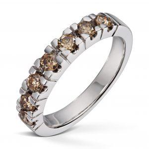 Alliansering i hvitt gull med totalt 0,70ct Brown diamanter